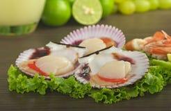 Kamm-Muscheln auf Kopfsalat Stockfotografie