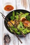 Kamm-Muscheln mit Nudeln und Gemüse Stockfoto
