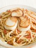 Kamm-Muscheln mit Paprika-und Tomate-Isolationsschlauch Lizenzfreies Stockbild
