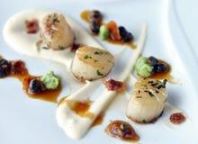 Kamm-Muscheln mit Speck und Soße Stockbilder