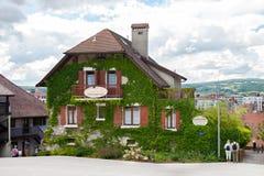 Kammarna för hyra i gammal del av Annecy Arkivbild