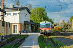 KAMMER, ΑΥΣΤΡΊΑ, 18 ΑΠΡΙΛΊΟΥ, 2009: Παλαιός ελβετικός σταθμός kammer-Schorfling σιδηροδρόμων μόδας και λεωφορείο τραίνων motrice  Στοκ εικόνες με δικαίωμα ελεύθερης χρήσης