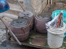 Kammertöpfe, die für Beseitigung in Shanghai gesammelt werden lizenzfreies stockfoto