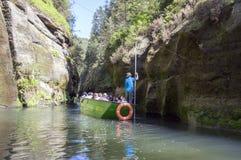 Kammintz George, Suíça boêmio/REPÚBLICA CHECA - 6 de maio de 2018: Atraction turístico no rio, pessoa no barco imagens de stock