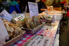Kammusslor på den Kuromon marknaden Royaltyfri Bild