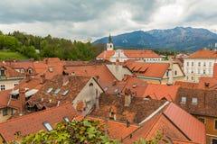Kamnik-Stadtscape und -alpen am Hintergrund Lizenzfreie Stockfotos