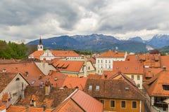 Kamnikstad scape en alpen bij achtergrond Stock Afbeeldingen