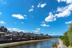 Kamo flod eller Kamogawa i den Kyoto staden, Japan arkivfoto