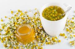 Kamomillte med honung Royaltyfria Bilder