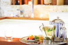 Kamomillte med tekannan nära bubbelpool som bakgrund är kan vykortet använda valentiner r Royaltyfria Bilder