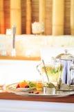 Kamomillte med tekannan nära bubbelpool som bakgrund är kan vykortet använda valentiner r Arkivfoto