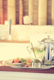 Kamomillte med tekannan nära bubbelpool som bakgrund är kan vykortet använda valentiner r Arkivfoton