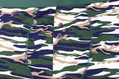 Kamouflage utskrivavna kortslutningar på dagen Royaltyfri Foto