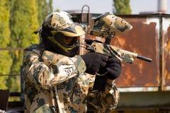 kamouflagepaintballspelare Royaltyfri Bild