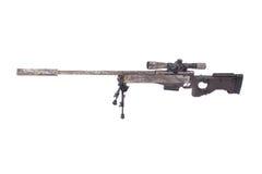 Kamouflerat modernt prickskyttgevär med räckvidd Royaltyfri Bild