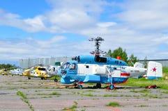 Kamov Ka-27 PS en de helikopters van Mil mi-8 bij het parkeren in Pulkovo-luchthaven Royalty-vrije Stock Foto's