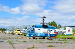 Kamoven Ka-27 PS och helikoptrarna för Mil Mi-8 på parkeringen i den Pulkovo flygplatsen Royaltyfria Foton