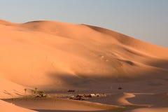 Kamp in duinen. De Sahara. Stock Foto