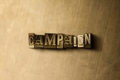 KAMPAGNE - Nahaufnahme des grungy Weinlese gesetzten Wortes auf Metallhintergrund Lizenzfreies Stockfoto