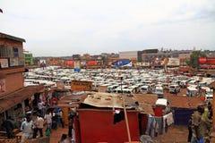 Kampala Taxi Centre und Verkäufer Stockfotografie