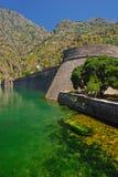 Kampana塔在有绿河的Kotor老镇外面 库存图片