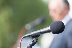 Kampania Polityczna tło mikrofonów prasy konferencja odizolowane white Mikrofon Mówca mowa obraz stock