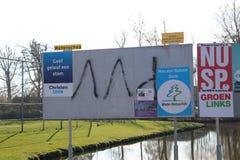 Kampania wyborcza plakaty na jawnych billboardach klajstrujących przyjęciami themselves w nIeuwerkerk aan melinie Ijssel w holand fotografia royalty free