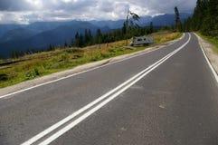 Kampeerauto op de bergenweg stock foto's