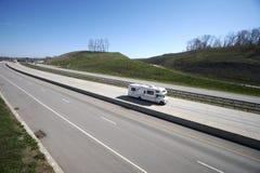 Kampeerauto op de Weg Royalty-vrije Stock Foto's