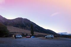 Kampeerauto's bij Meer Pearson/Moana Rua Wildlife Refuge, Nieuw Zeeland Royalty-vrije Stock Foto's