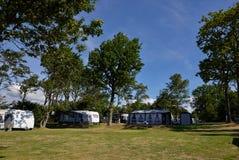 Kampeerauto's in een het kamperen plaats Stock Foto's