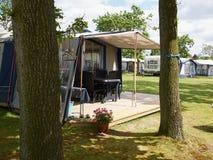 Kampeerauto's in een het kamperen plaats Stock Foto