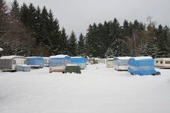 Kampeerauto's omvat door sneeuw in de winter Stock Foto