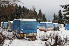 Kampeerauto's omvat door sneeuw in de winter Royalty-vrije Stock Foto