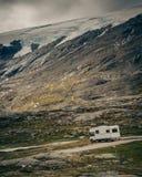 Kampeerautoauto in Noorse bergen stock foto's
