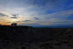Kampeerautobestelwagen bij de woestijn van zonsondergangtatacoa stock afbeeldingen