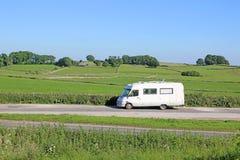 Kampeerautobestelwagen in het Piekdistrict stock afbeelding