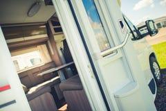 Kampeerautobestelwagen met Open Deuren royalty-vrije stock fotografie