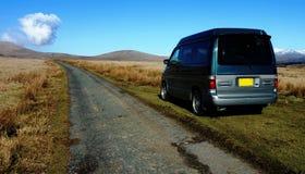 Kampeerautobestelwagen in wildernis Royalty-vrije Stock Fotografie