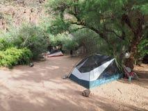 Kampeerterrein bij Granietstroomversnelling in het Nationale Park van Grand Canyon stock foto's