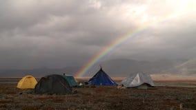 Kampeerterrein in de toendra onder de regenboog stock videobeelden