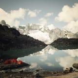 Kampeerterrein dichtbij Alpien Meer retro effect Kleurrijke tenten De bergen van de Kaukasus Royalty-vrije Stock Foto