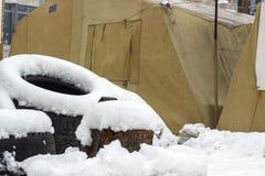 Kampeerterreinprotesteerders met houten barricades en automobielrubber voor het plaatsen van brand stock fotografie