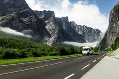 Kampeervakantiesauto op de bergweg, Noorwegen stock foto's