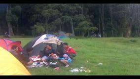 Kamperend bij het meer Buyan, Bali. stock footage