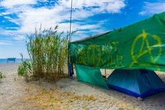 Kamperend bij Vathi-strand met blauwe kristalwateren in oostelijk Mani-gebied van de Peloponnesus, Griekenland royalty-vrije stock fotografie