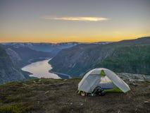 Kamperend dichtbij Trolltunga, Troll& x27; s tong tijdens zonsondergang, Noorwegen royalty-vrije stock foto