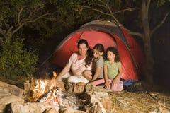 Kamperende moeder en dochters Royalty-vrije Stock Foto