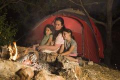 Kamperende moeder en dochters Royalty-vrije Stock Foto's
