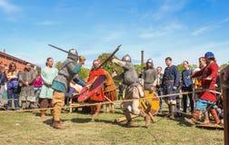 Kampf der alten Wikinger in der Rüstung Stockbilder